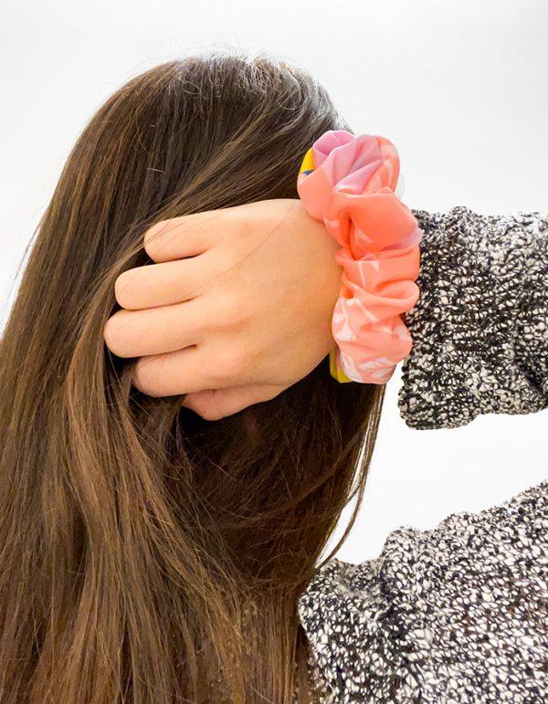 scrunchie amaryllis indossato