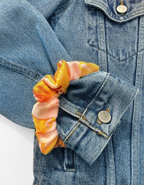 scrunchie marigold indossato